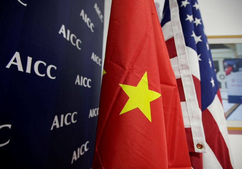 علما الولايات المتحدة والصين في صورة من أرشيف رويترز